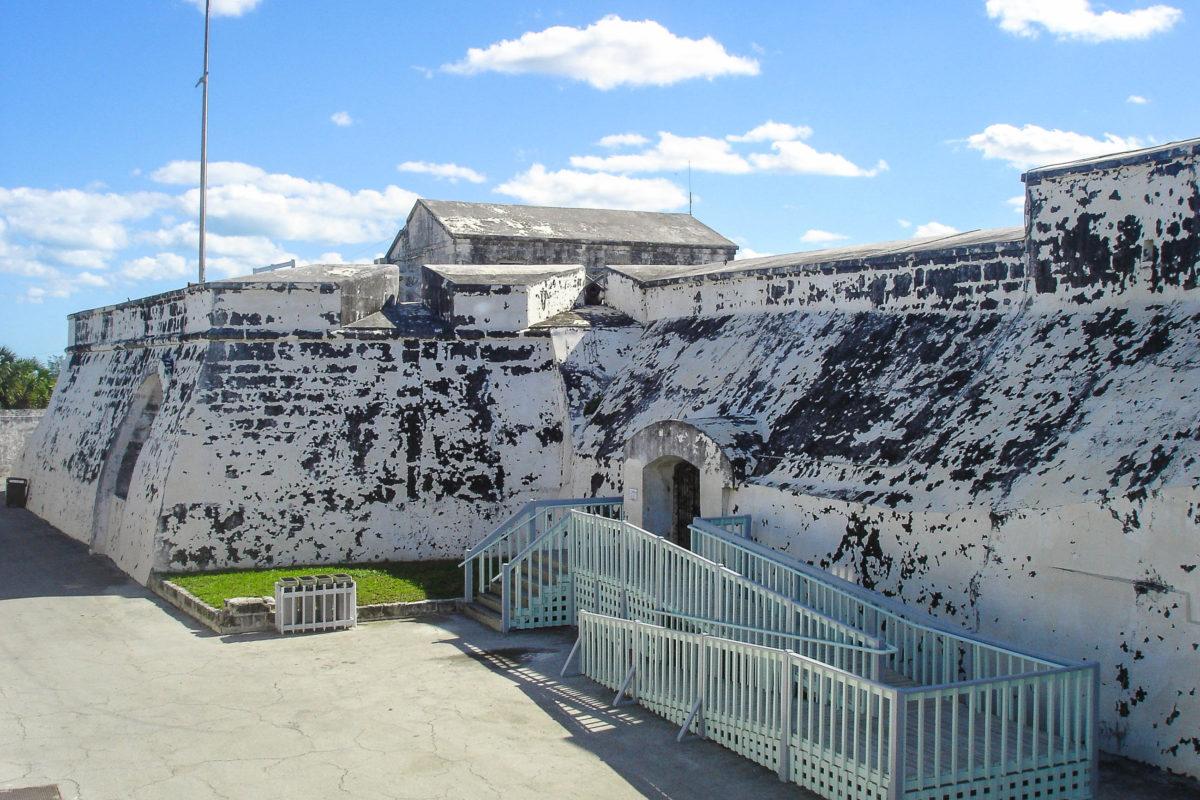 Das Fort Charlotte liegt auf etwa 200m Höhe und hat alle Merkmale einer mittelalterlichen Burg, vom wasserlosen Burggraben über die Zugbrücke bis zu Kerker und Schutzwall, Nassau, Bahamas - © RituManojJethani/Shutterstock