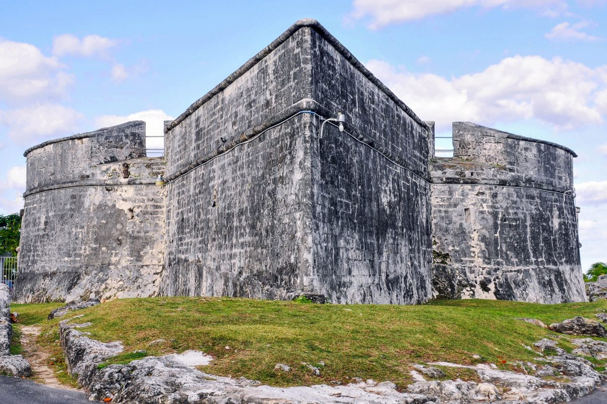 Fort Fincastle wurde Ende des 18. Jahrhunderts errichtet; Vom Wasserturm hat man eine perfekte Aussicht über Nassau und das Meer bis zur Nachbarinsel Paradise Island, Bahamas - © Bull's-Eye Arts / Shutterstock