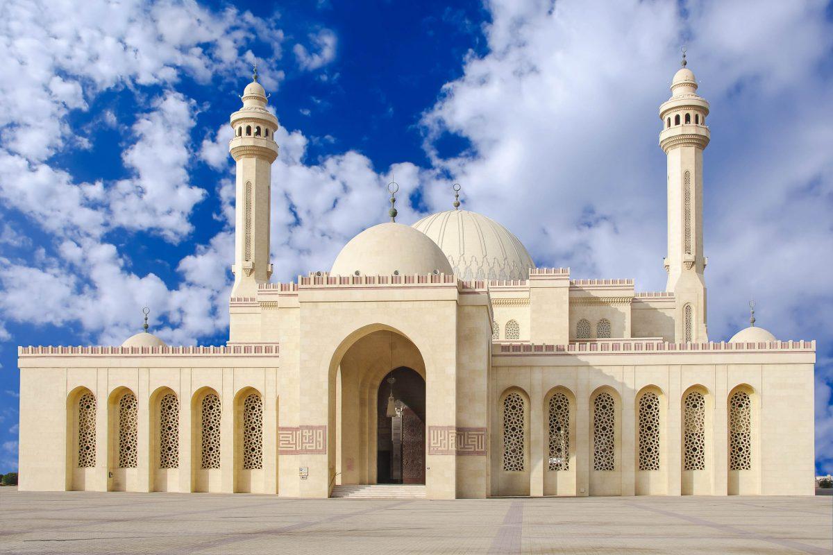Die Al Fateh Moschee befindet sich in Manama, der Hauptstadt von Bahrain, und wurde von Scheich Isa ibn Salman Al Khalifa in Auftrag gegeben - © Dr Ajay Kumar Singh/Shutterstock
