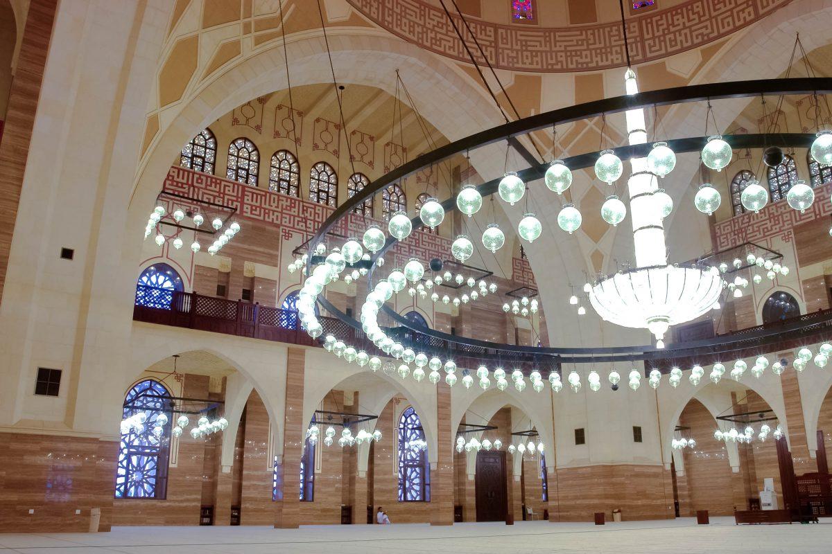 Mit einer Länge von 100 und einer Breite von 75 Metern ist die Al Fateh Moschee das größte islamische Gebetshaus von Bahrain und bietet Platz für 7.000 Gläubige - © Orhan Cam / Shutterstock