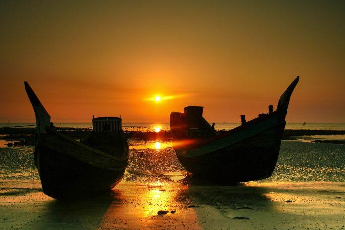Der Patenga-Strand südlich der Hafenstadt Chittagong in Bangladesch ist für seine traumhaften Sonnenuntergänge bekannt - © Ivan Stanic / Shutterstock