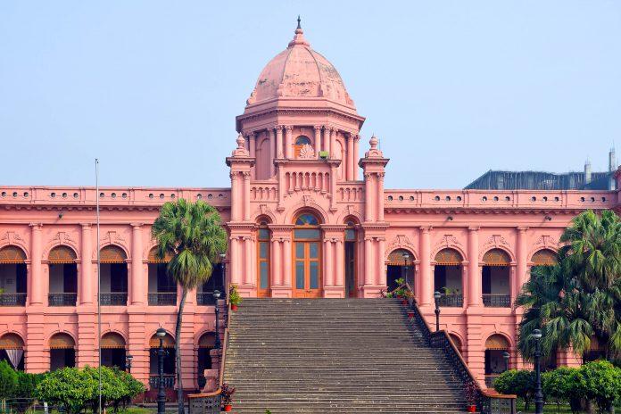 Der Palast Ahsan Manjil war einst die Residenz des Nawabs von Dhaka, Bangladesch - © suronin / Shutterstock