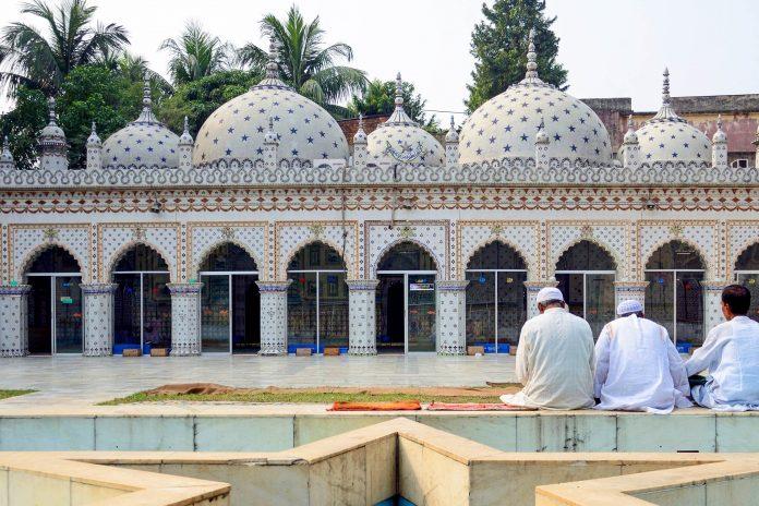 Die Sitara Moschee wurde im späten 18. Jahrhundert errichtet und ist innen und außen mit fantastischen Motiven verziert, Bangladesch - ©  suronin / Shutterstock