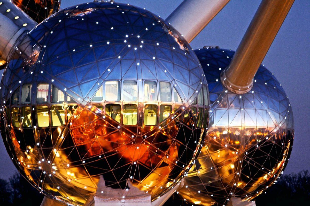 Bei Einbruch der Dunkelheit bringen zigtausende Glühlampen die Kugeln des Atomiums in Brüssel zum Leuchten, Belgien - © SABAM 2009 / Axel Addington