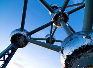 Das Atomium in Brüssel, Belgien, ist ein 102m hohes Gebilde aus neun gigantischen Kugeln und 23m langen Verbindungsstangen - © SABAM 2009 - DJ Sharko