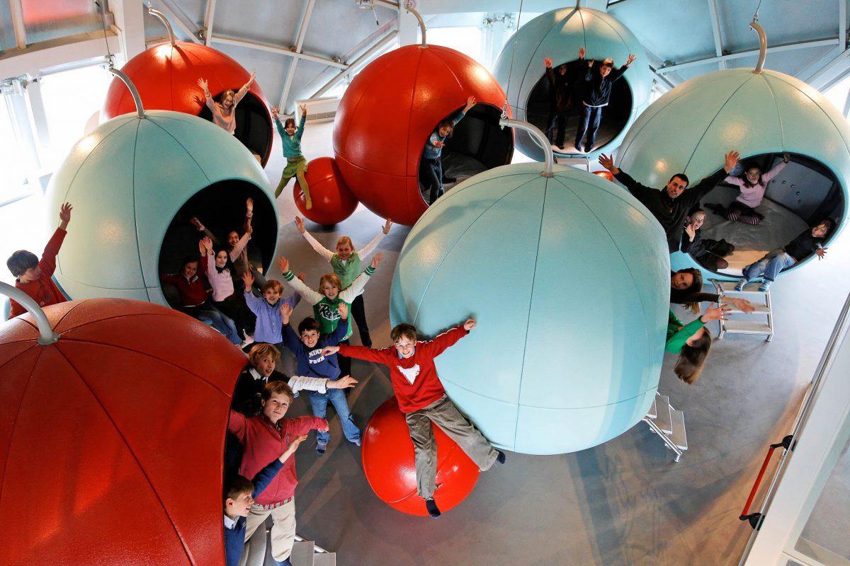 Eine Kugel im Atomium in Brüssel, Belgien, ist auch als Erlebniswelt für Schulklassen eingerichtet - © www.atomium.be / SABAM 2009