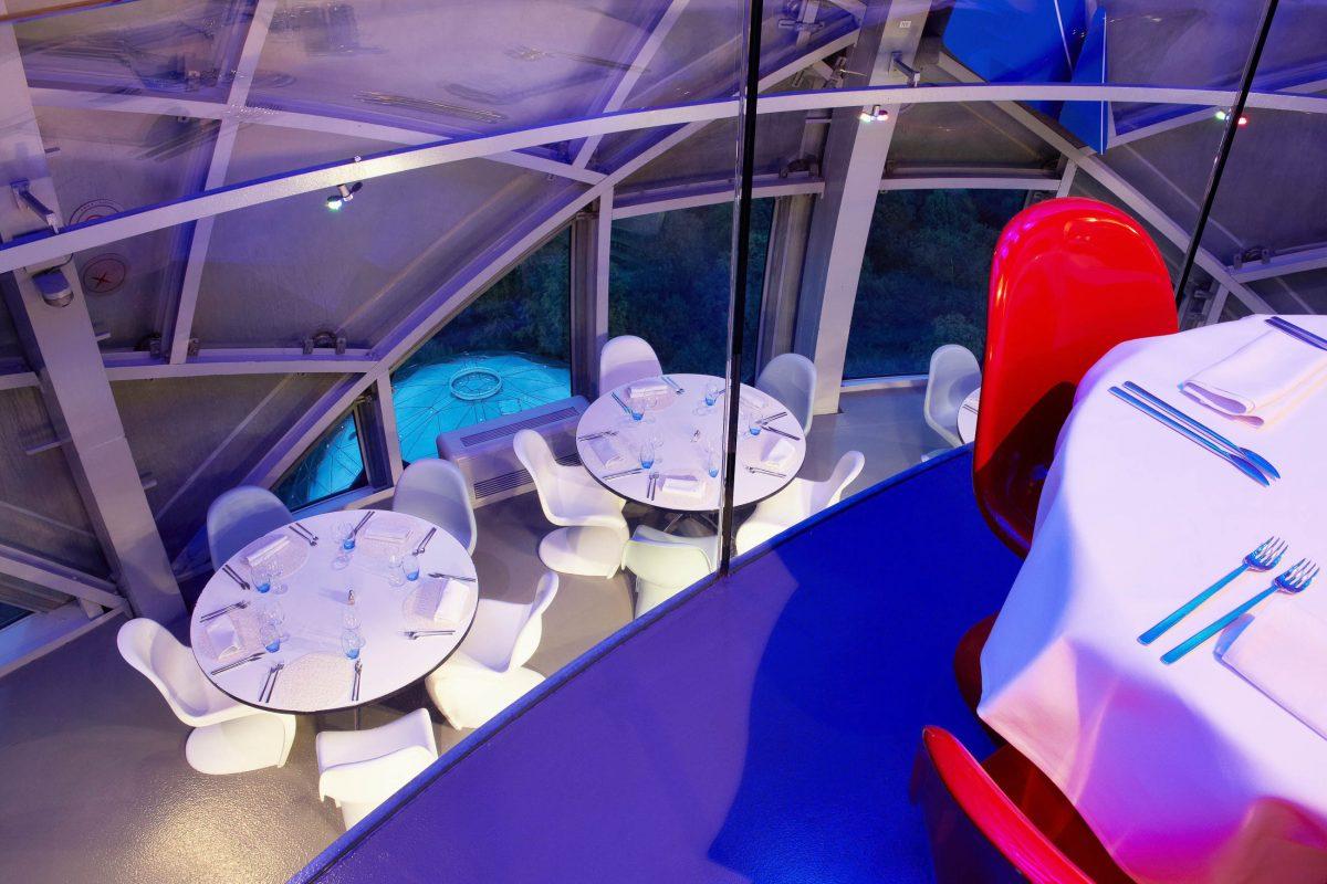In der obersten Kugel des Atomiums in Brüssel, Belgien, lässt es sich besonders stilvoll speisen - © SABAM 2014 / Denis SCIEUR