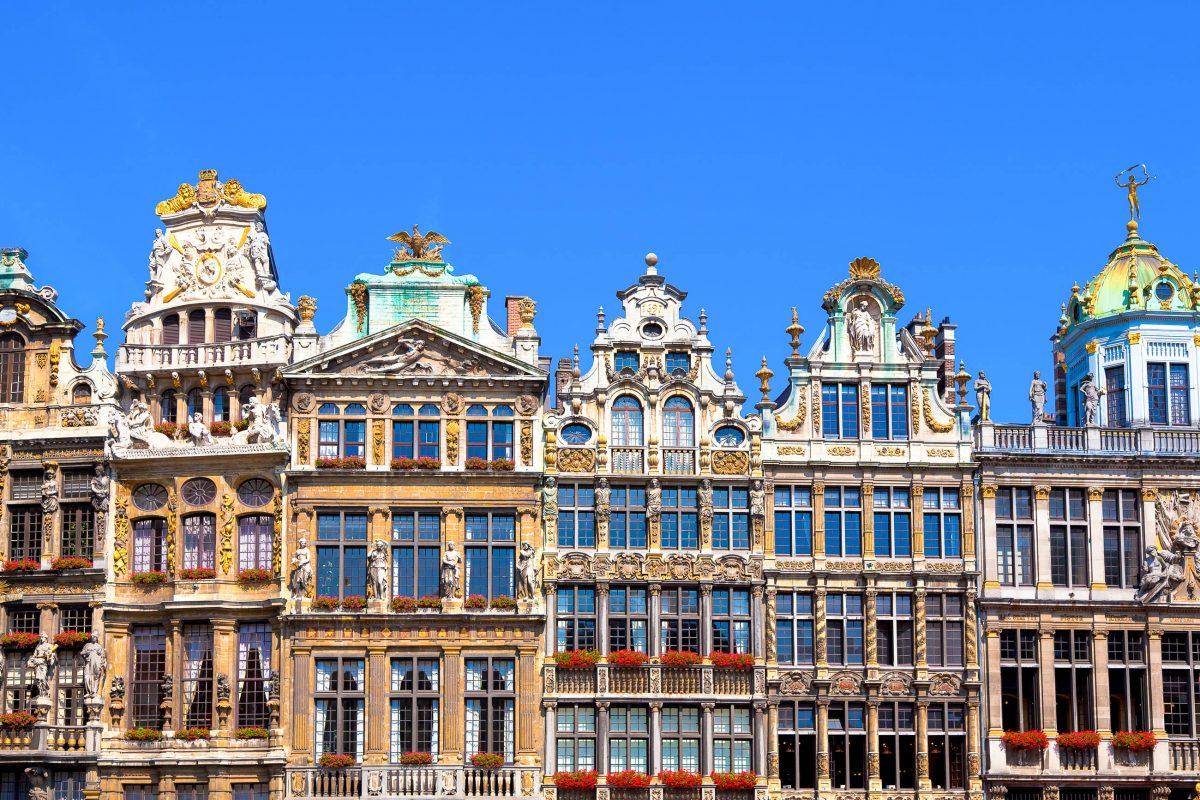 Zunfthäuser am Grand Place in Brüssel mit ihren prächtigen Barockfassaden, Belgien - © EUROPHOTOS / Shutterstock