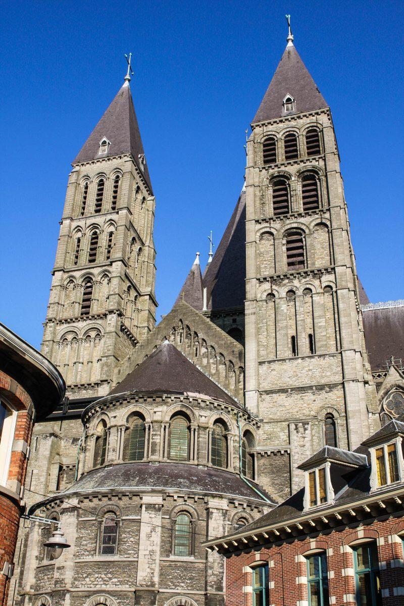 Die Kathedrale Nôtre Dame in der belgischen Stadt Tournai unterscheidet sich durch ihr außergewöhnliches Erscheinungsbild mit fünf Glockentürmen von anderen mittelalterlichen Kirchen, Belgien - © jorisvo / Fotolia