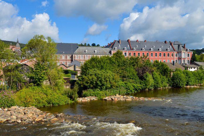 Die prächtige Abtei von Stavelot beherbergt heute drei verschiedene Museen und einige Zusatz-Ausstellungen, Lüttich, Belgien - © defotoberg / Shutterstock