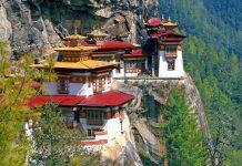 Das Taktshang-Kloster besteht aus 4 Gebäuden, die sich perfekt an die Flanke des Berges anpassen, Bhutan - © Hung Chung Chih / Shutterstock