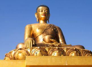 Die goldene Buddha Dordenma Statue ist über 50 Meter hoch und überblickt von einem Hügel aus die Hauptstadt Bhutans - © Renee Vititoe / Shutterstock