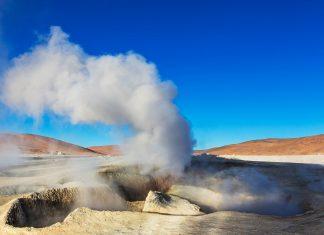 Ablagerungen von Kupfer, Eisen und anderen Sulfaten verleihen den Bergflanken ihr buntes Erscheinungsbild, Geysire von Sol de Mañana, Bolivien - © Galyna Andrushko / Shutterstock