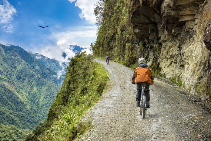 """Als angeblich gefährlichste Straße der Welt führt die """"Todesstraße"""" im Westen von Bolivien von La Paz bis in die Yungas-Täler - © mezzotint / Shutterstock"""