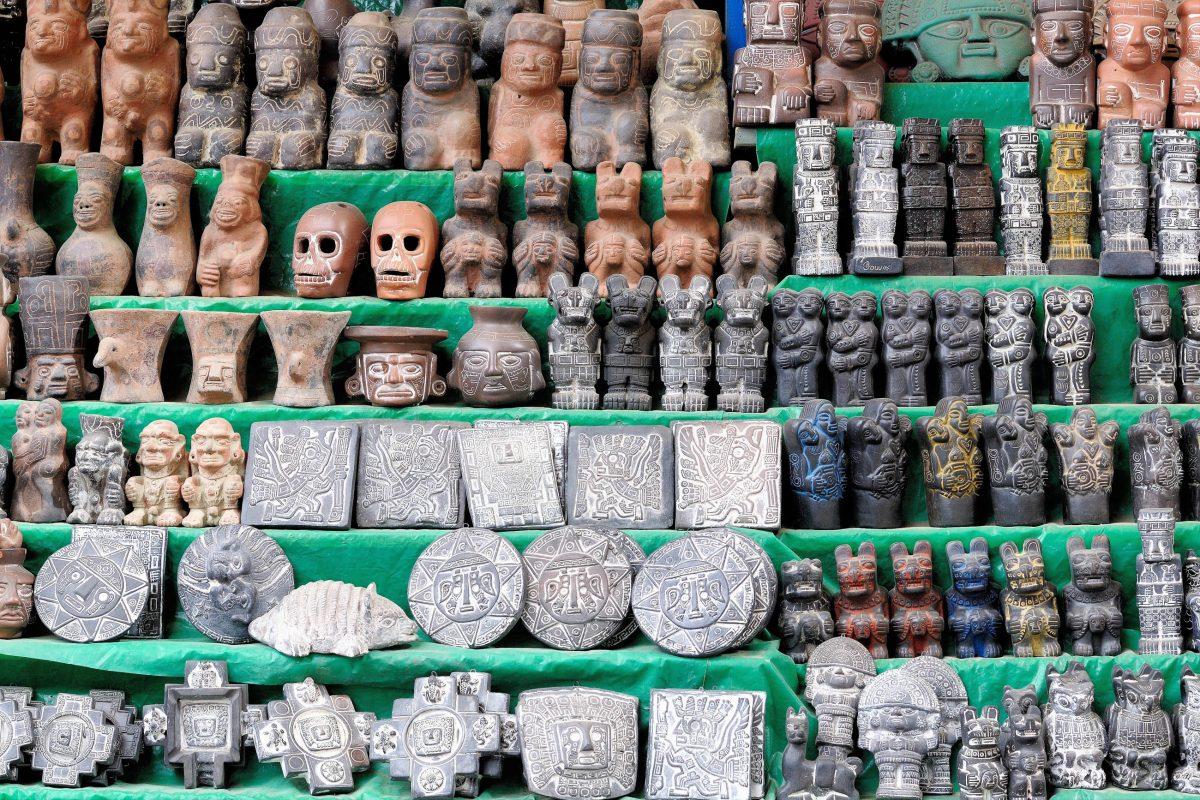 Am Hexenmarkt in La Paz, Bolivien, werden zahlreiche mystische Gegenstände und Zutaten für rituelle Zeremonien feilgeboten - © Rafal Cichawa / Shutterstock