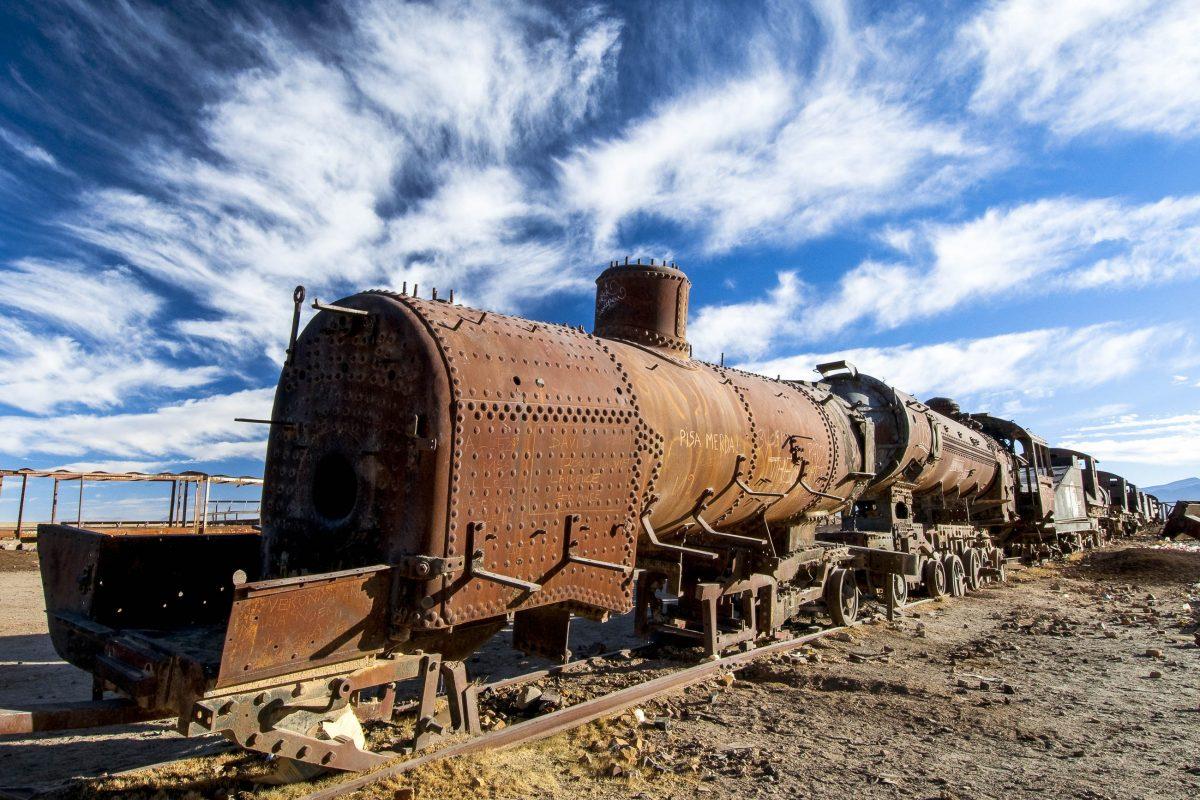 Am Rand des Salar de Uyuni liegt ein Eisenbahnfriedhof, auf dem hundert Jahre alte Loks und Waggons der Korrosion überlassen wurden, Bolivien - © Alfredo Maiquez / Shutterstock