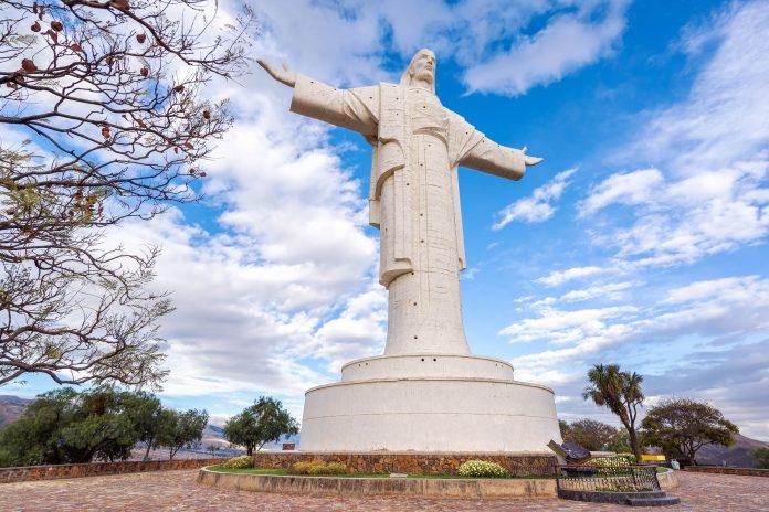 Die zweitgrößte Christusstatue der Welt steht auf dem Cerro San Pedro im Osten von Cochabamba, Bolivien - © Jess Kraft / Shutterstock