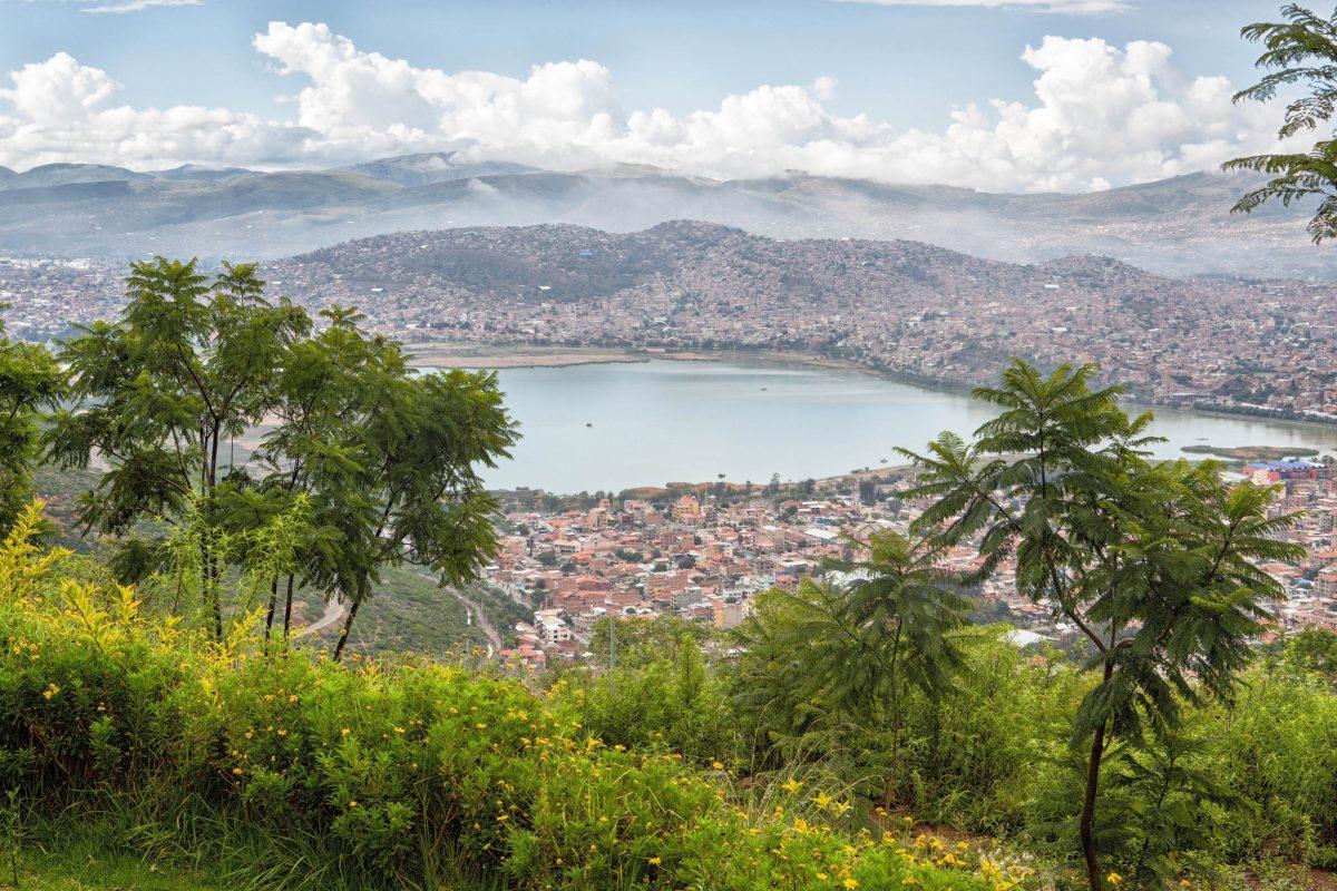 Von der Christusstatue auf dem San Pedro Hügel offenbart sich ein herrlicher Blick auf Cochabamba, Bolivien - © Dirk Ercken / Shutterstock