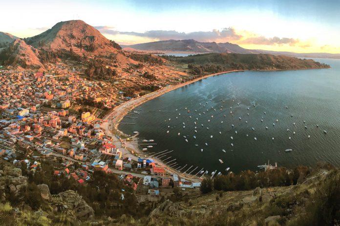 Die Stadt Copacabana ist Boliviens Basislager für Ausflüge auf und um den berühmten Titicaca-See - © Richard Espenant / Shutterstock