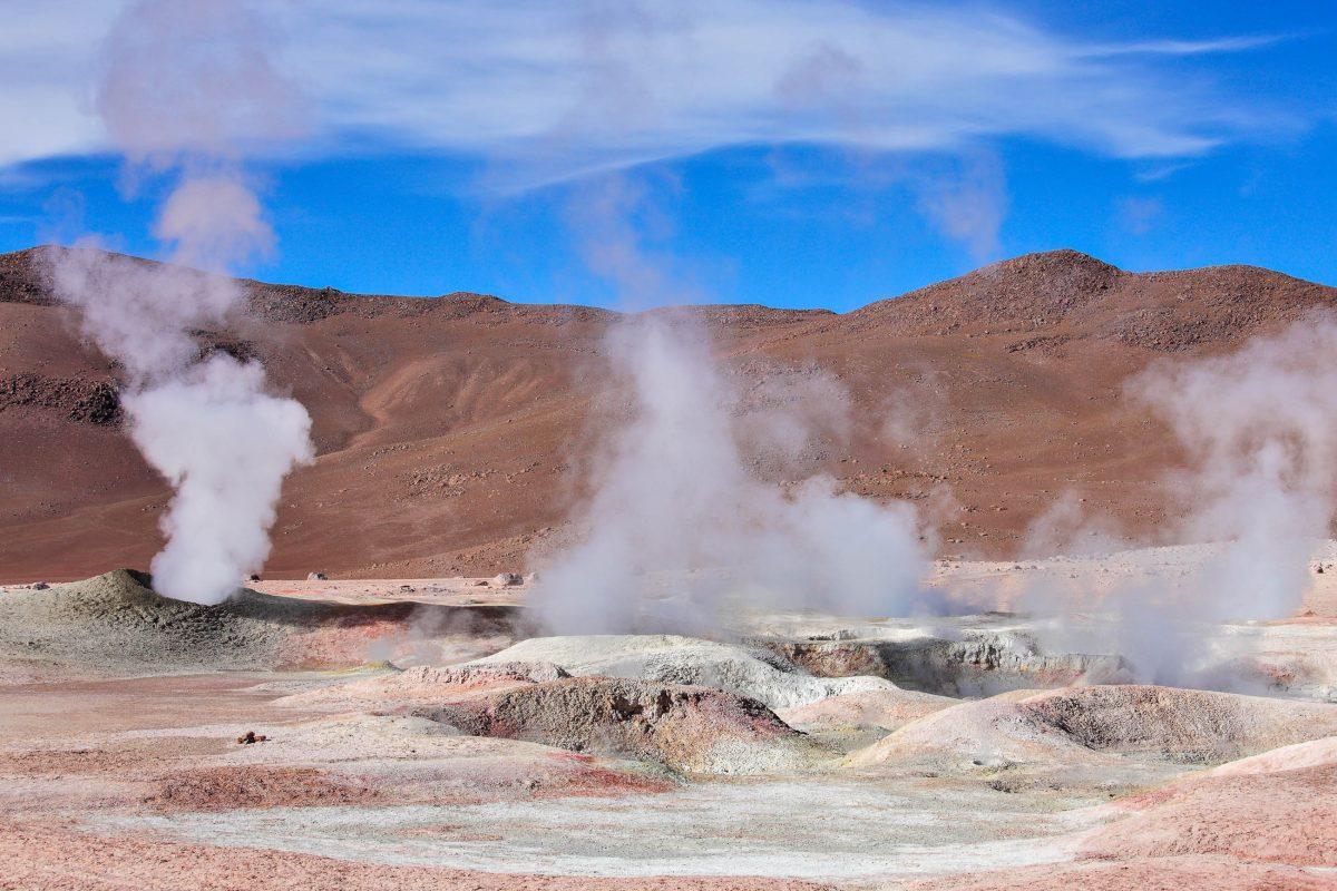 Das Geysirfeld Sol de Mañana stößt weiße Fontänen von Dampf und Wasser bis zu 50 Metern in die Höhe, Bolivien - © Vladimir Melnik / Shutterstock