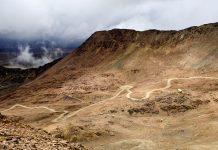 Der Chakaltaya in Bolivien ist ein beliebtes Ziel für Tagesausflüge von La Paz, Busse fahren bis auf eine Höhe von 5.200 Meter - © Daniel Wiedemann / Shutterstock