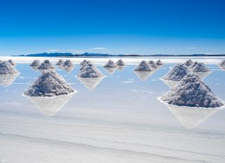 Der gigantische Salar de Uyuni im Südwesten Boliviens ist mit einer Fläche von über 12.000km2 der größte Salzsee der Welt - © Chris Howey / Shutterstock