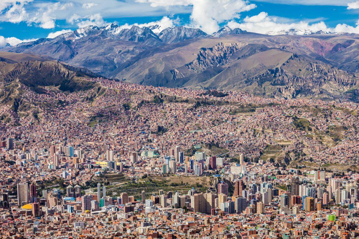 Der Höhen- und Temperaturunterschied zwischen den äußeren Rändern am Berg und den Villen im Talkessel beträgt in La Paz rund 1000 Meter, Bolivien - © saiko3p / Shutterstock