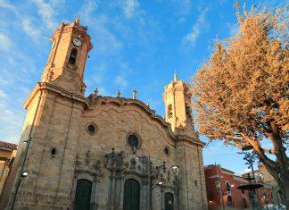 Die gewaltige Kathedrale San Luis dominiert mit ihren wuchtigen Glockentürmen das Stadtbild und bietet einen herrlichen Ausblick über Potosí, Bolivien - © Daria Zagraba Tam Wroce / Shutterstock
