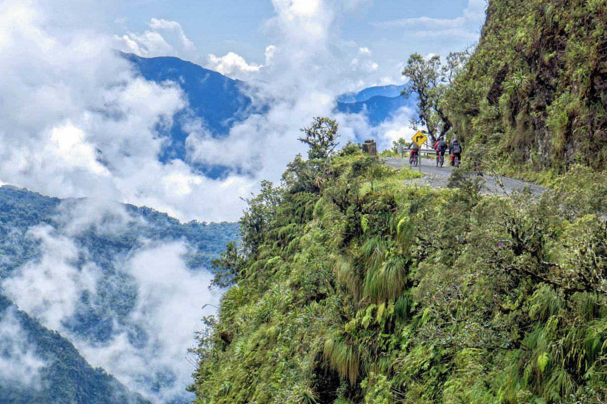 Die Todesstraße Camino del Muerto bei La Paz im Westen von Bolivien forderte bis 2007 jährlich etwa 300 Opfer - © mezzotint / Shutterstock