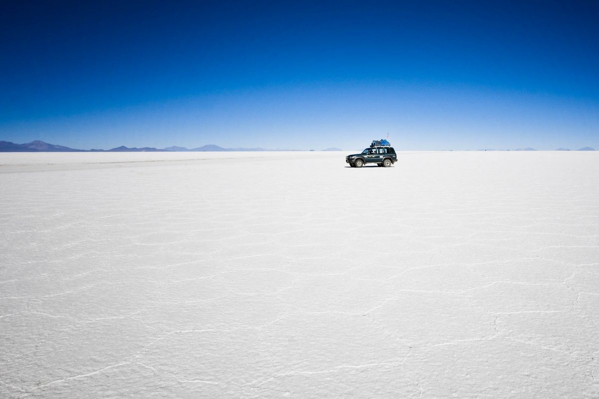 Ein Geländewagen auf dem Salzsee Salar de Uyuni in Bolivien - © saxlerb / Fotolia