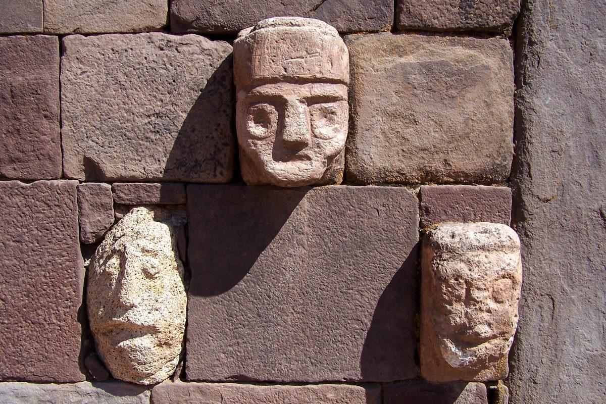 In die Steinmauern, die die historische Stadt Tiwanaku in Bolivien befestigten, sind immer wieder geheimnisvolle Gesichter eingelassen - © Grigory Kubatyan / Shutterstock