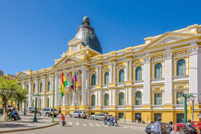 Das Kongressgebäude am Plaza Murillo in La Paz war seit seiner Errichtung bereits ein Kloster, ein Gefängnis und eine Universität, Bolivien - © Elzbieta Sekowska / Shutterstock