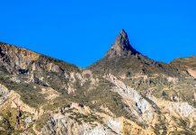 Der mystische Muela del Diablo bei La Paz bietet einen sensationellen Anblick und einen wunderbaren Panoramablick über die Hochebene von Bolivien - © Jonatar Evaristo / Shutterstock