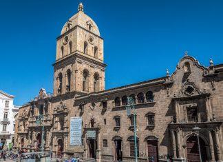 Der Plaza de San Francisco mit der pompösen Barock-Basilika sollte fixer Bestandteil jeder Sightseeing-Tour von La Paz sein, Bolivien - © Pocholo Calapre / Shutterstock