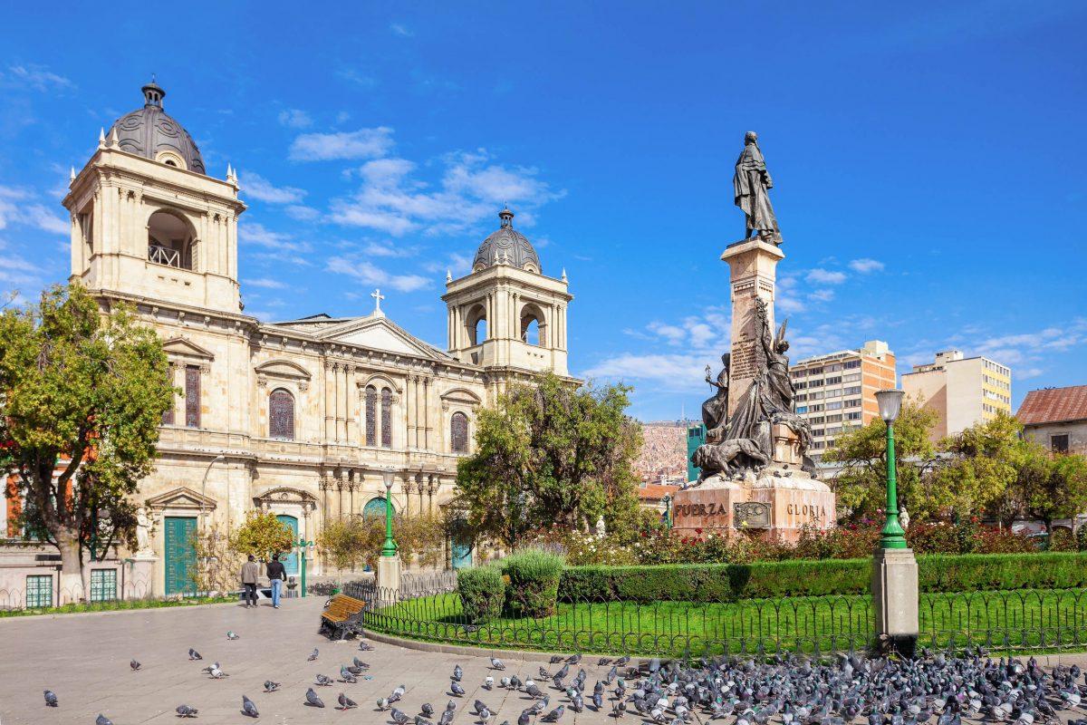 Die Kathedrale von La Paz am Plaza Murillo wurde erst im Jahr 1987 fertiggestellt, gerade rechtzeitig für den Besuch von Papst Paul Johannes II. in Bolivien - © saiko3p / Shutterstock