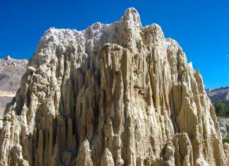 Für Wanderungen durch die faszinierenden Steinformen im Valle de la Luna bei La Paz ist festes Schuhwerk zu empfehlen, Bolivien - © flog / franks-travelbox