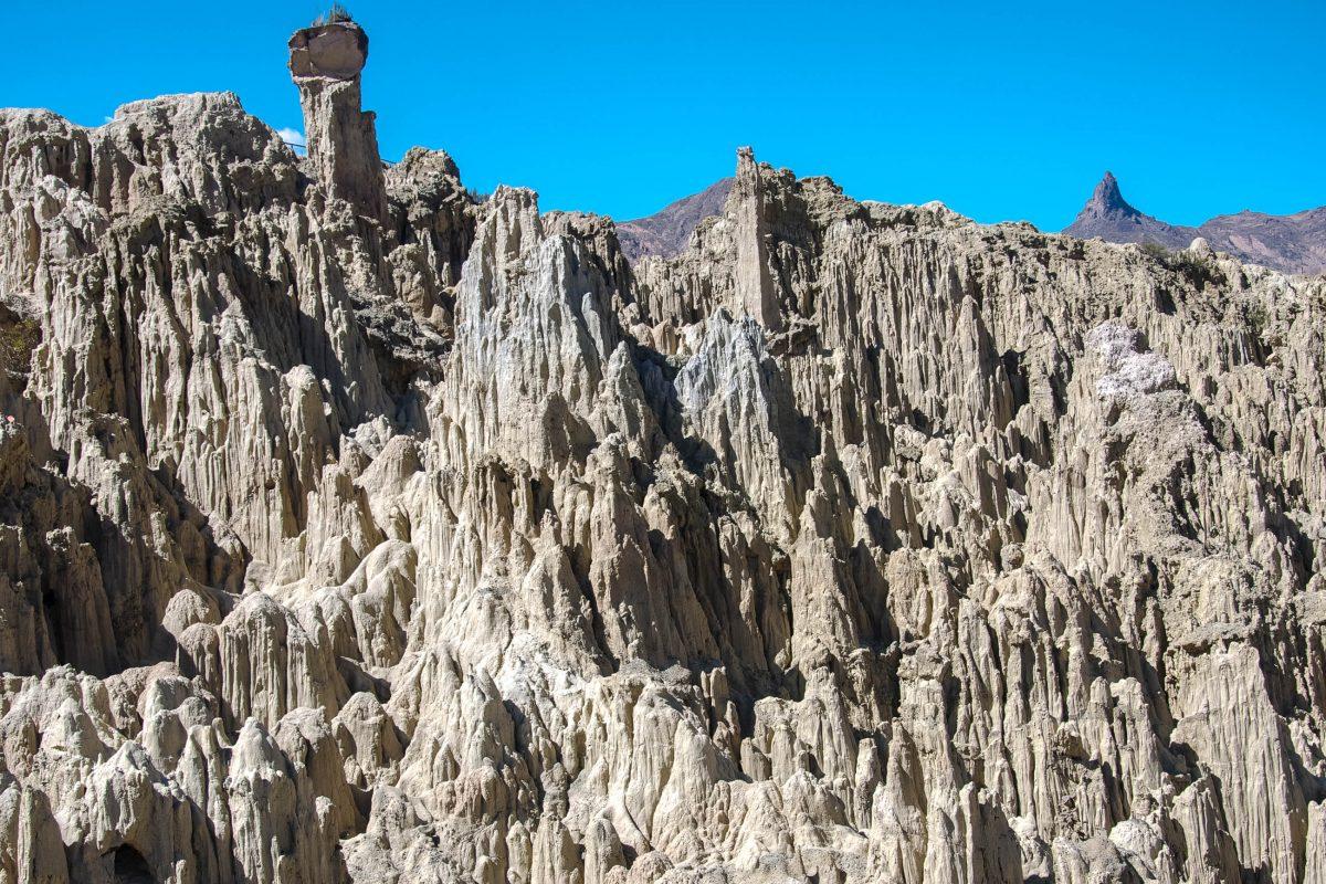 Im Hintergrund des Mondtals bei La Paz ragt der Muela del Diablo (Backenzahn des Teufels) in den Himmel, Bolivien - © flog / franks-travelbox