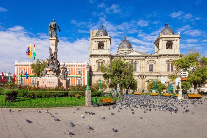 Mit dem Regierungspalast und der Kathedrale zählt der zentrale Plaza Murillo zu den wichtigsten Sehenswürdigkeiten von La Paz, Bolivien - © saiko3p / Shutterstock