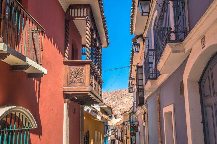 Mit seiner Fülle an Museen und Märkten und zahlreichen Ausflugszielen La Paz auf jeder touristischen Karte für den Bolivien-Urlaub verzeichnet sein - © Pocholo Calapre / Shutterstock