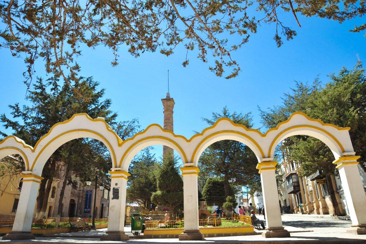 An der Ostseite des Plaza 10 de Noviembre im Herzen von Potosí, Bolivien, liegt der arkaden- und säulenbewährte Plaza de 6 Agosto - © Free Wind 2014 / Shutterstock