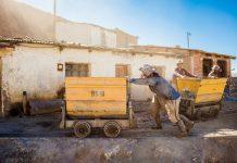 Bis heute wird am Cerro Rico in Potosí auf einfachste Art und Weise Silber, Kupfer und Zinn abgebaut, Bolivien - © saiko3p / Shutterstock