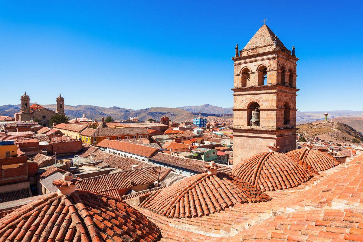 Blick vom Dach der San Lorenzo Kirche über das Häusermeer von Potosí im Süden von Bolivien - © saiko3p / Shutterstock
