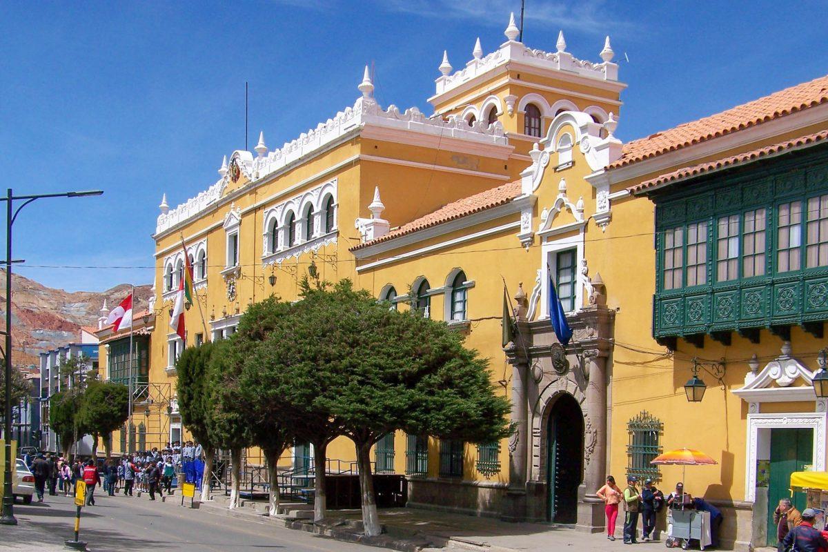 Der Plaza 10 de Noviembre mit dem Rathaus von Potosí ist das ganze Jahr über Schauplatz zahlreicher Veranstaltungen, Bolivien - © mikluha_maklai / Shutterstock