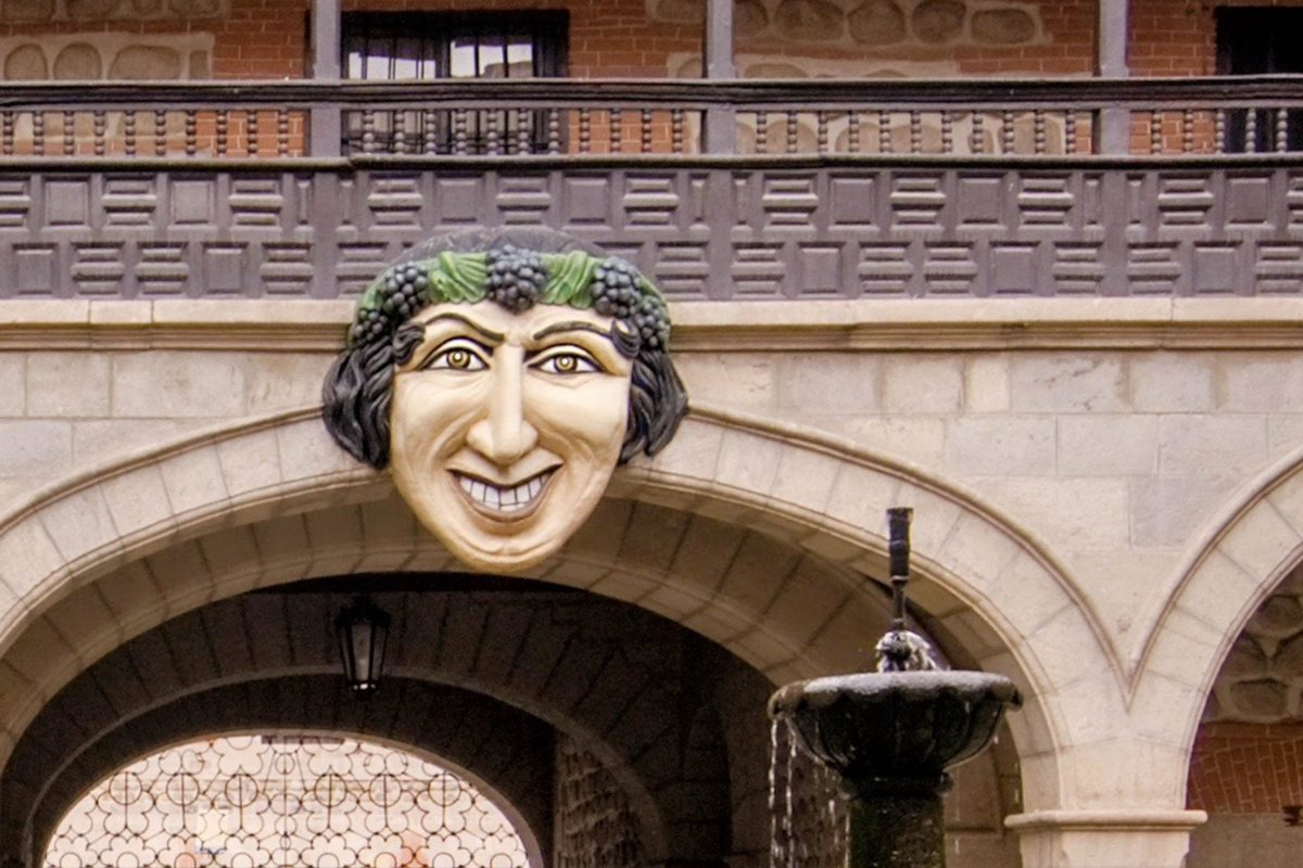 """Die berühmte Figur """"El Mascaron"""" im Innenhof des Casa Royal de la Moneda in Potosí stammt aus der ersten Zeit nach der Unabhängigkeit Boliviens - © Eduardo Rivero / Shutterstock"""
