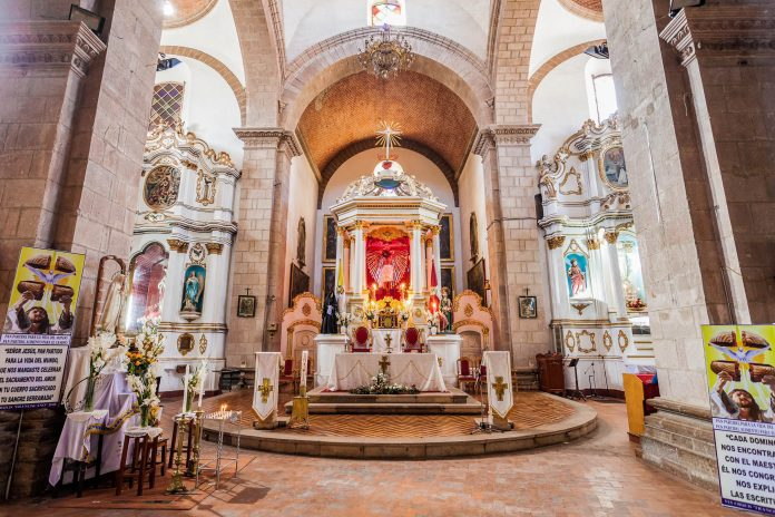 Die Iglesia San Lorenzo zählt zu den schönsten Barock-Kirchen und den bedeutendsten Sehenswürdigkeiten der Silberstadt Potosí, Bolivien - © saiko3p / Shutterstock