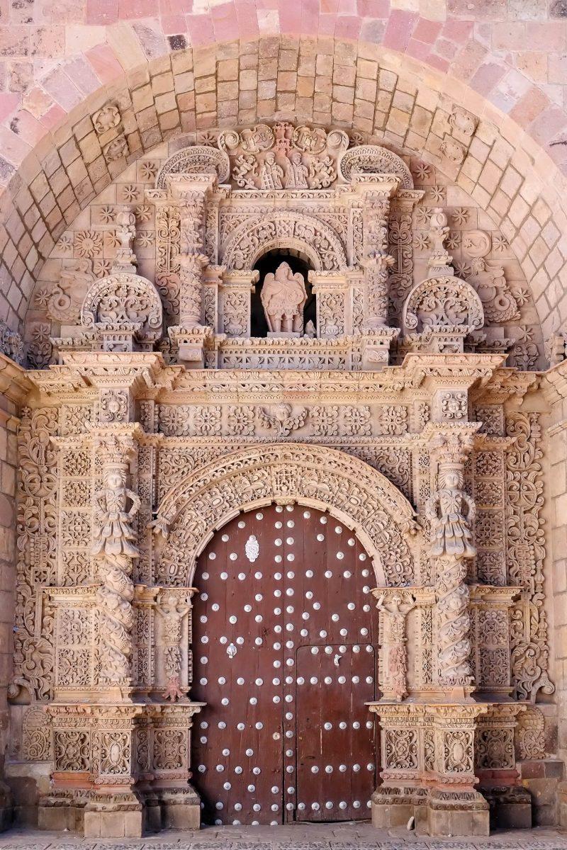 Die UNESCO listet die Iglesia San Lorenzo in Potosí, Bolivien, als herausragendes Beispiel für behauenen Naturstein im Kolonialbarock - © Rafal Cichawa / Shutterstock