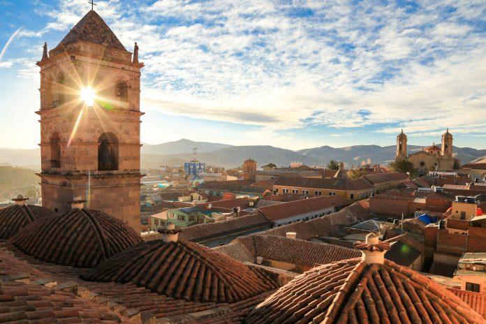 Eine Führung durch das Kloster San Francisco führt auch auf das Dach, wo Potosí den Besuchern zu Füßen liegt, Bolivien - © Daria Zagraba Tam Wroce / Shutterstock