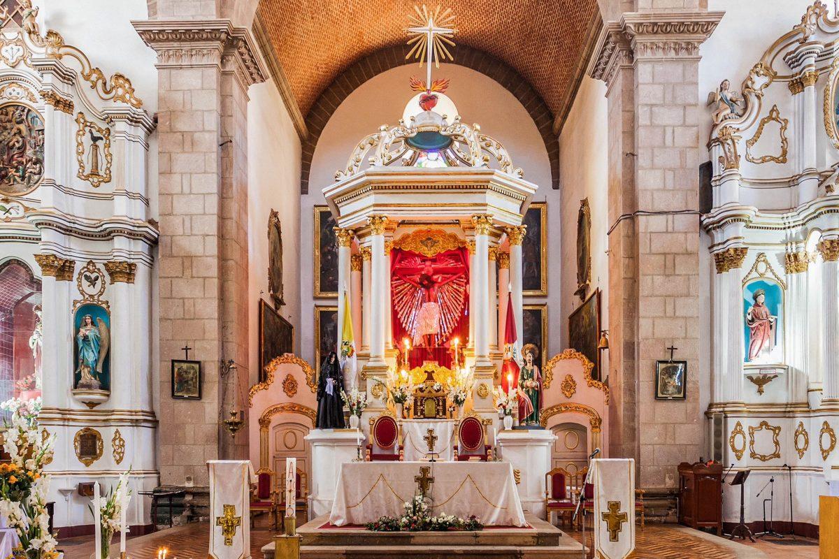 Im sonnendurchfluteten Inneren der Iglesia San Lorenzo in Potosí stellt der Hauptaltar einen farbenfrohen und dennoch eleganten Kontrast dar, Bolivien - © saiko3p / Shutterstock