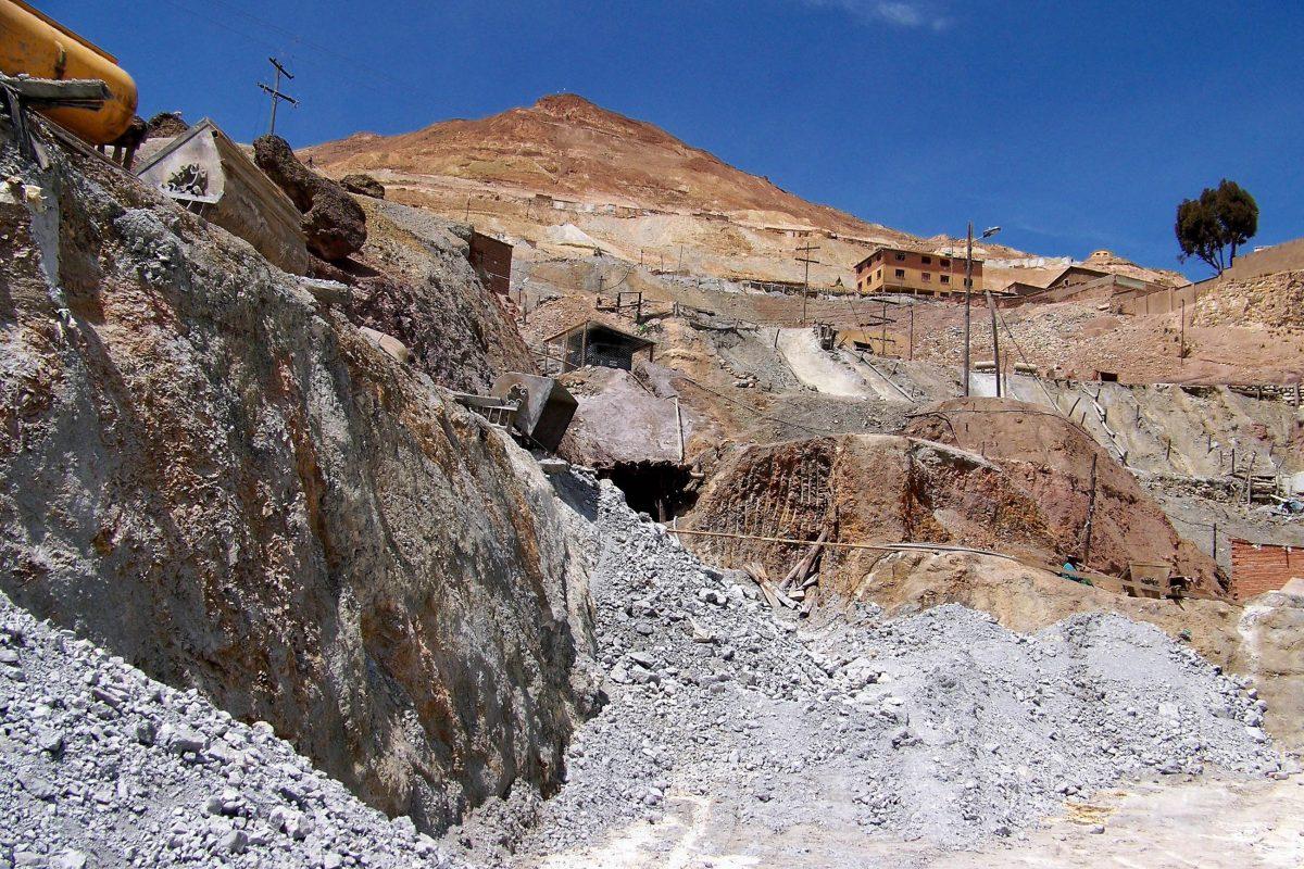 In Schaustollen kann den Mineros von Potosí bei ihrer harten Arbeit im Cerro Rico über die Schulter geschaut werden, Bolivien - © mikluha_maklai / Shutterstock