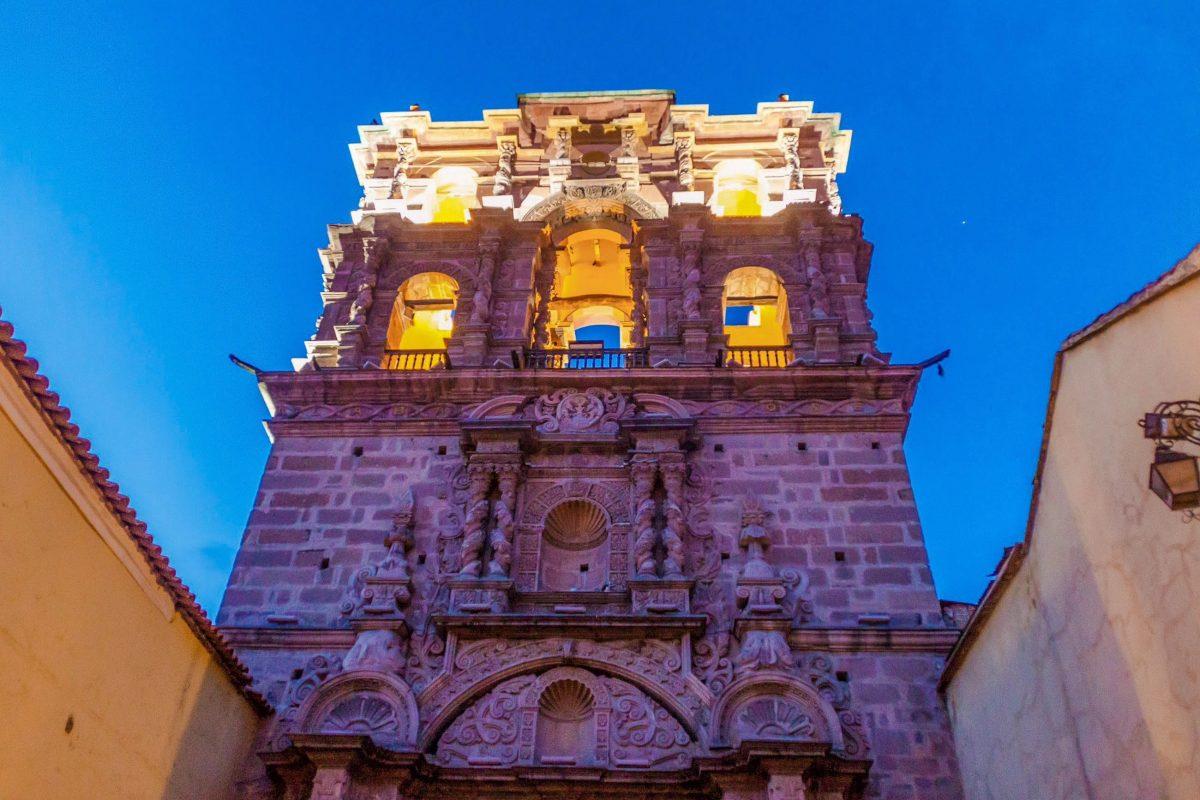 Von der barocken Jesuiten-Kirche La Compañía in Potosí, Bolivien, ist heute nur noch der wunderschön verzierte Glockenturm aus dem Jahr 1707 erhalten - © Matyas Rehak / Shutterstock
